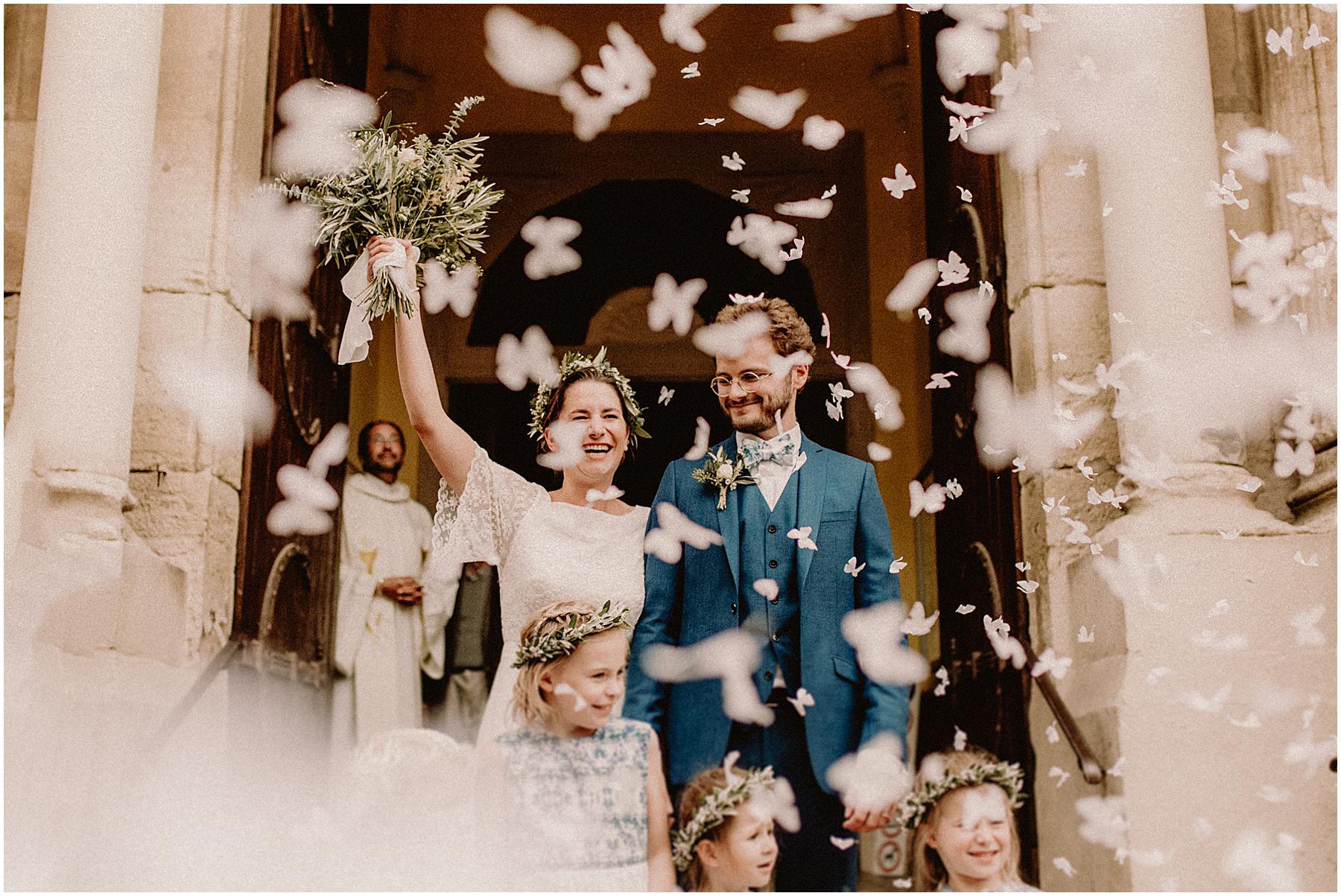 Sortie église papillons mariage