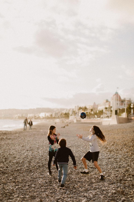 Photographe enfants Famille à Nice plage promenade des anglais