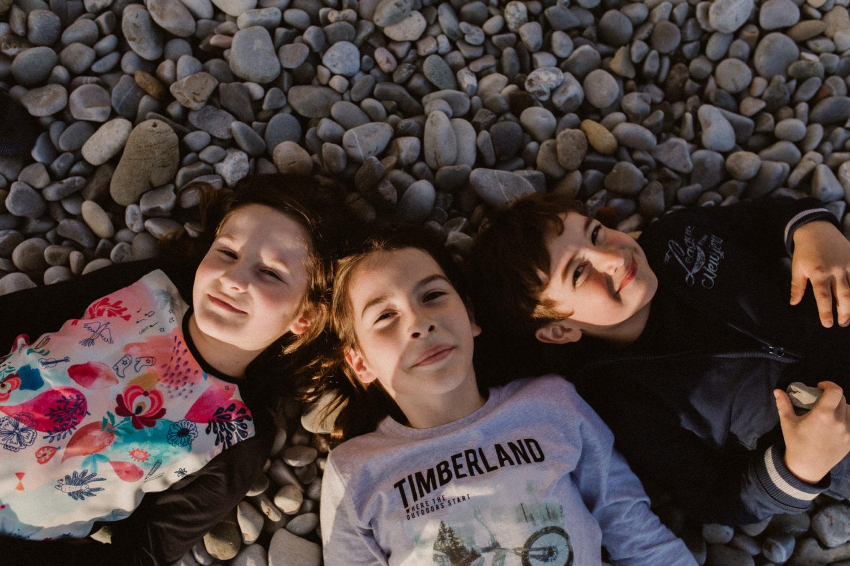séance photo famille sur la plage à Nice